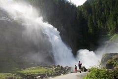 Famiglia vicino alle cascate di Krimml in Austria Fotografie Stock