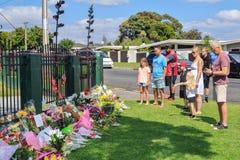 Famiglie ad un tributo floreale agli attacchi della moschea di Christchurch fotografia stock