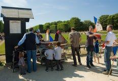 Famiglie che affittano le navi del giocattolo a il giardino di Lussemburgo Immagini Stock Libere da Diritti