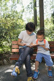 Famiglie che giocano smartphone fotografie stock libere da diritti