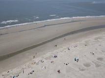 Famiglie che godono di un giorno alla spiaggia fotografia stock