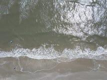 Famiglie che godono di un giorno alla spiaggia fotografia stock libera da diritti