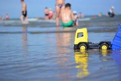 Famiglie con i bambini sulla spiaggia immagini stock libere da diritti