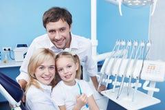 Famiglie nell'ufficio dentale Immagini Stock