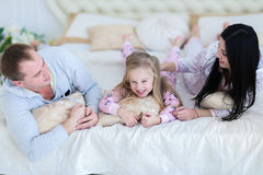 famil妻子、丈夫和女儿拥抱的和微笑的画象  免版税库存图片