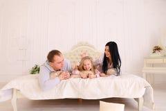 famil妻子、丈夫和女儿拥抱的和微笑的画象  库存照片