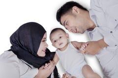 Familia árabe e hijo que se acuestan Imágenes de archivo libres de regalías