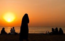 Familia árabe en la playa fotos de archivo libres de regalías