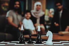 Familia árabe en la recepción en oficina del psicoterapeuta foto de archivo libre de regalías