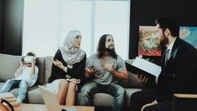 Familia árabe en la recepción en oficina del psicoterapeuta fotografía de archivo libre de regalías