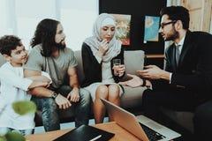 Familia árabe en la recepción en oficina del psicoterapeuta fotografía de archivo