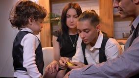 Familia árabe que juega con el hijo más pequeño y su juguete-robot en sala de estar en atmósfera acogedora almacen de metraje de vídeo