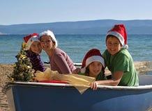 Familia abrazada de la Navidad a bordo Fotografía de archivo