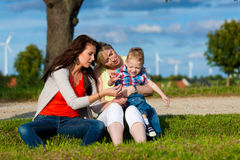 Familia - abuela, madre y niño en jardín Fotografía de archivo libre de regalías