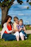 Familia - abuela, madre y niño en jardín Foto de archivo libre de regalías