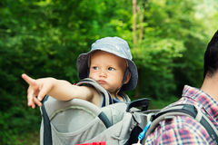 Familia activa que camina con 1,5 años de niño en portador Fotografía de archivo libre de regalías