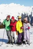 Familia adolescente el día de fiesta del esquí Imágenes de archivo libres de regalías