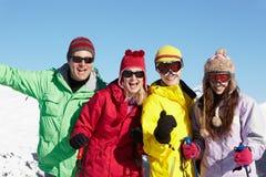 Familia adolescente el día de fiesta del esquí en montañas Fotografía de archivo