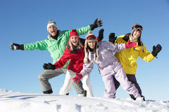 Familia adolescente el día de fiesta del esquí en montañas Foto de archivo