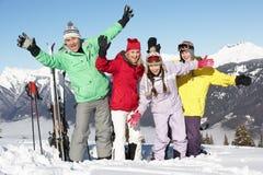 Familia adolescente el día de fiesta del esquí en montañas Imagen de archivo libre de regalías