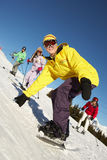 Familia adolescente el día de fiesta del esquí en montañas fotografía de archivo libre de regalías