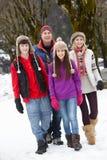 Familia adolescente que recorre en estación de esquí Foto de archivo libre de regalías