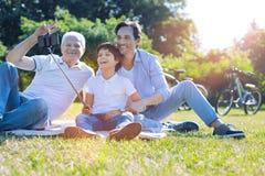 Familia adorable que presenta para la imagen del autorretrato al aire libre Imagen de archivo