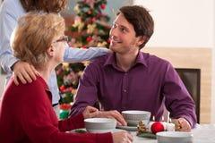 Familia afortunada durante la Navidad Foto de archivo libre de regalías