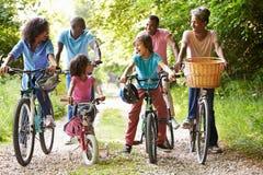 Familia afroamericana de la generación multi en paseo del ciclo Imagen de archivo libre de regalías