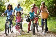 Familia afroamericana de la generación multi en paseo del ciclo fotografía de archivo libre de regalías
