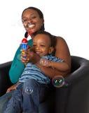 Familia afroamericana joven con las burbujas Imagen de archivo