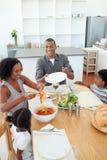 Familia afroamericana que cena junto Fotos de archivo libres de regalías
