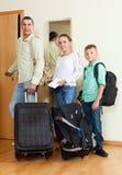 Familia agradable de dos adalts y muchacho por la puerta que va para el VAC Fotos de archivo