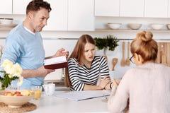 Familia agradable que discute problemas Imagen de archivo
