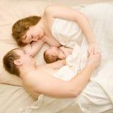Familia agradable que duerme junto Foto de archivo libre de regalías