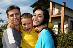 Familia al lado de la casa Fotos de archivo