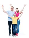 Familia alegre con las manos aumentadas niño para arriba Foto de archivo libre de regalías