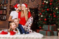 Familia alegre en Año Nuevo Fotografía de archivo libre de regalías
