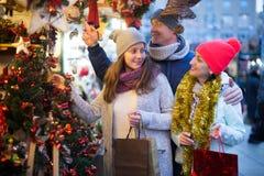 Familia alegre en el mercado de la Navidad Imagen de archivo