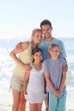 Familia alegre en la playa Foto de archivo libre de regalías