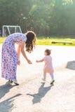 Familia alegre feliz La madre y el bebé se divierten en naturaleza al aire libre Foto de archivo