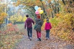 Familia alegre - mamá, hija adolescente e hijo Fotografía de archivo