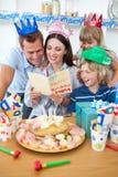 Familia alegre que celebra el cumpleaños de la madre Imágenes de archivo libres de regalías