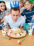 Familia alegre que celebra el cumpleaños del padre Fotografía de archivo