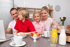 Familia alegre que desayuna junto imagen de archivo libre de regalías