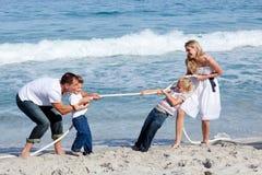 Familia alegre que juega esfuerzo supremo Fotografía de archivo