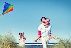 Familia alegre que juega por el concepto de la playa Imagenes de archivo