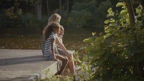 Familia alegre que salpica en el lago en verano metrajes