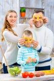 Familia alegre que se divierte en la cocina Fotos de archivo libres de regalías