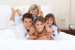 Familia alegre que se divierte junto Fotografía de archivo libre de regalías